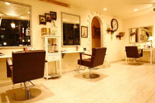 優しく居心地のいい雰囲気も人気のポイント<br>白基調で落ち着きのある空間と気配りのきくスタッフがあなたの綺麗をサポートします!