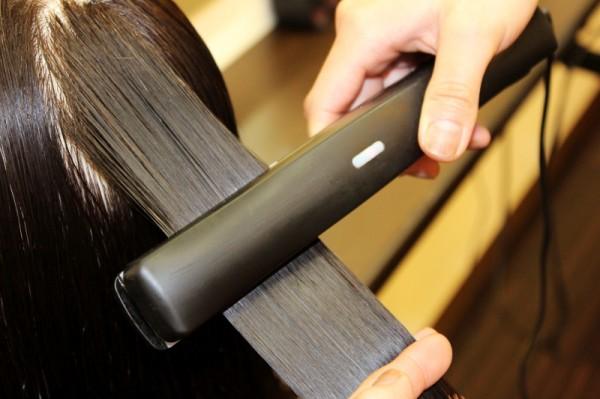 ナノスチームで、とにかく「徹底したヘアケア」がsakuraの特徴!!<br>ナノスチームで髪に潤いを与え薬剤が浸透しやすい環境を整えた後、超振動遠赤外線アイロンで髪の内部までしっかりトリートメントを浸透させます。