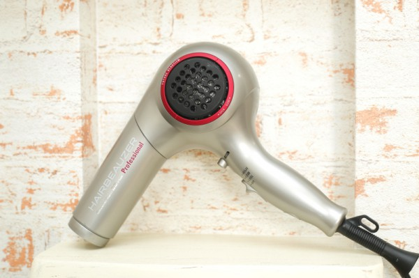 テクノロジーで髪を美しく…魔法のドライヤー♥<br>熱によるダメージから髪を守り使うほどに潤いを与えるだけでなく、冷風をあてることで肌質を整えフェイスップ効果ももたらす革新的なドライヤー。