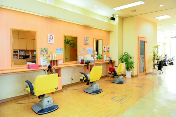 広々とした店内で至福のサロンタイムを満喫♪<br>女性用ブース♪レディースシェービング用の個室も完備。