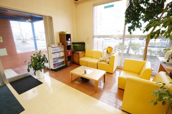 黄色いソファーが可愛いウエイティングスペース♪<br>明るく元気なスタッフさんが出迎えてくれます。