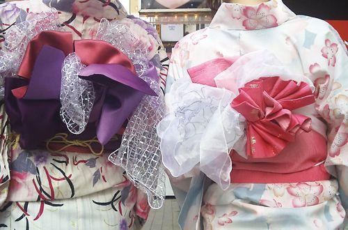 帯の結び方、バリエーションも豊富♪<br>帯の結び方によってガラリと着姿が変ります。 同じ着物でも様々な楽しみ方ができます。 成人式など和装もお任せ下さい。