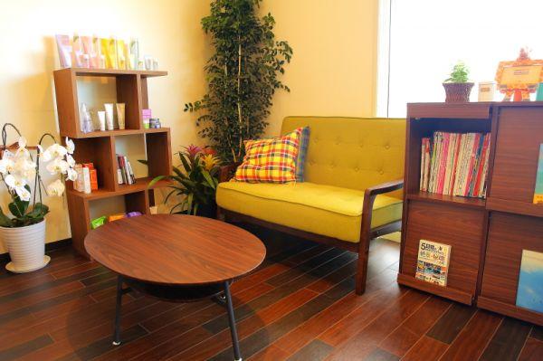 ウェイティングスペース<br>店内はカフェのような癒し空間…