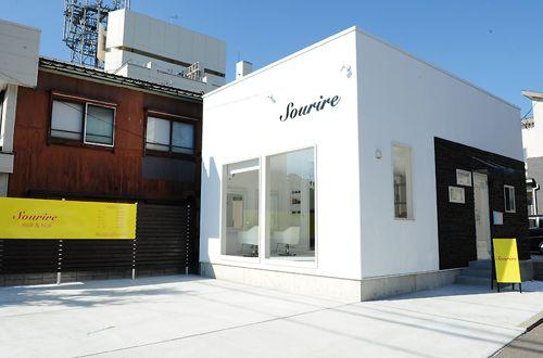 駐車場完備で通いやすいお店です★<br>お洒落な雰囲気が伝わってくる白い外壁と大きな窓…黄色看板が目印です!!