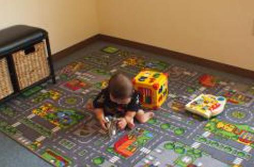 キッズスペース☆ママも安心!!<br>お子様連れのお客様も大歓迎です。 小さいお客様にはDVDを見ながらカット! おもちゃも沢山ご用意しております。