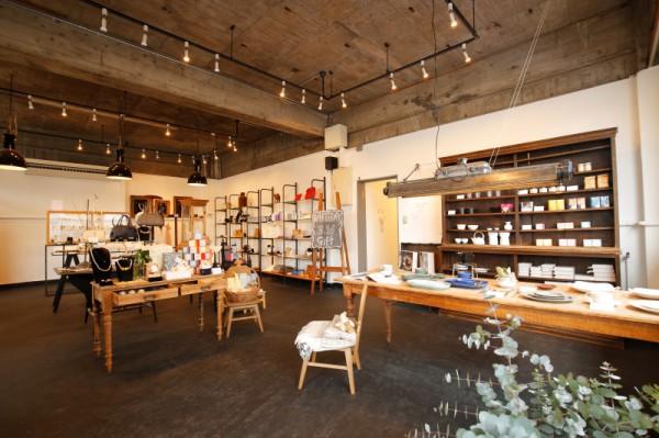 1Fライフスタイルショップ<br>タネルのオリジナルブランド「モンシロ」のアクセサリーをはじめ、全国から厳選した上質な雑貨が揃う。