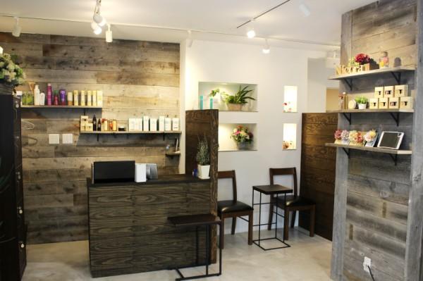 大人の上質空間…。<br>クールな印象とグリーンやウッドの柔らかさが大人の女性にも居心地のいい店内。